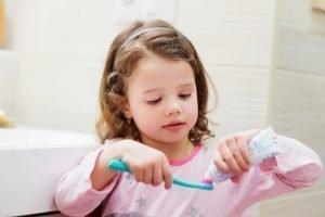01. Fluorosis - Nena lavandose los dientes
