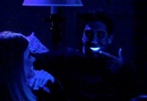 Imagen ilustrativa de la serie Friends, uno de los personajes con los dientes fluorescentes