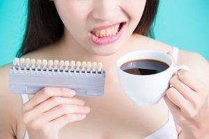 manchas en los dientes - mujer tomando cafe